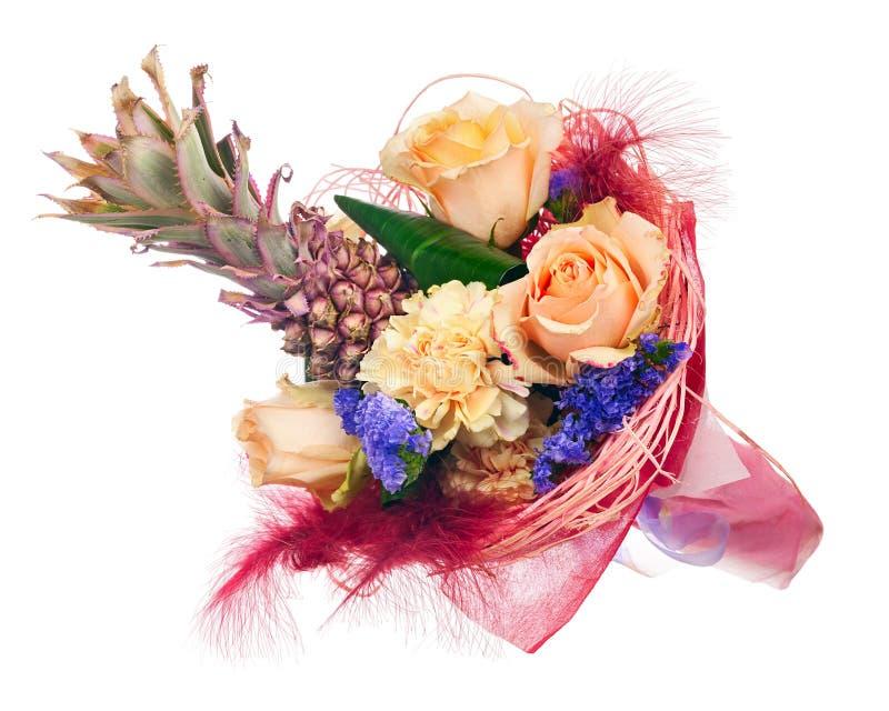 Härlig bukett av rosor, nejlikor, dekorativ ananas och royaltyfria bilder