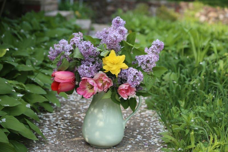 Härlig bukett av vårblommor och lilor royaltyfri fotografi