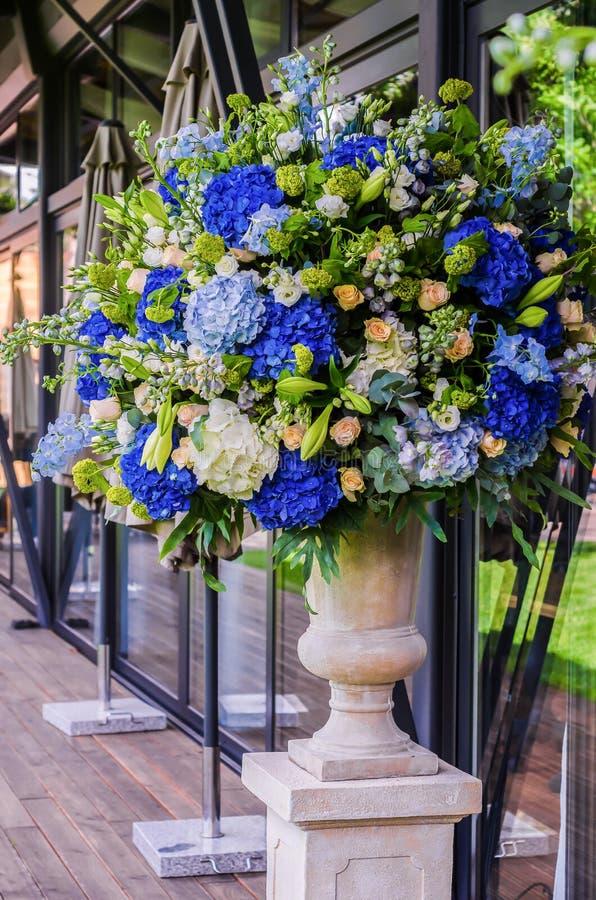 Härlig bukett för blommaordning av den blåa vanliga hortensian, orkidé arkivbilder