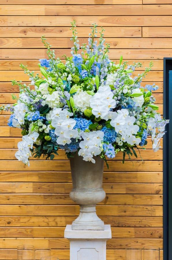 Härlig bukett för blommaordning av den blåa vanliga hortensian, orkidé arkivbild