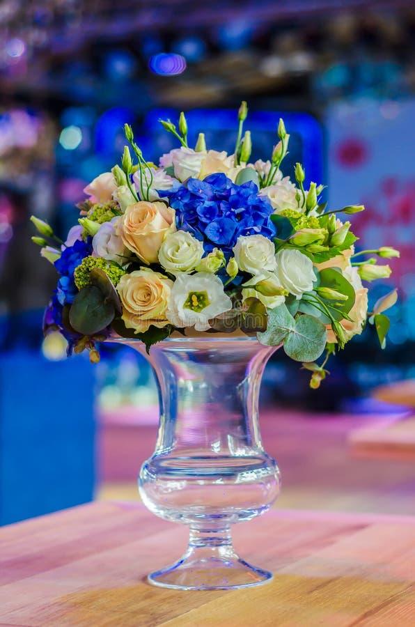 Härlig bukett för blommaordning av den blåa vanliga hortensian, orkidé royaltyfri bild