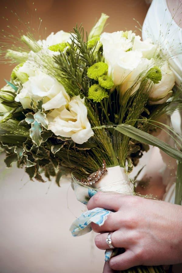 Härlig bukett för brudinnehavblomma på a för ett bröllop i Italien royaltyfri foto