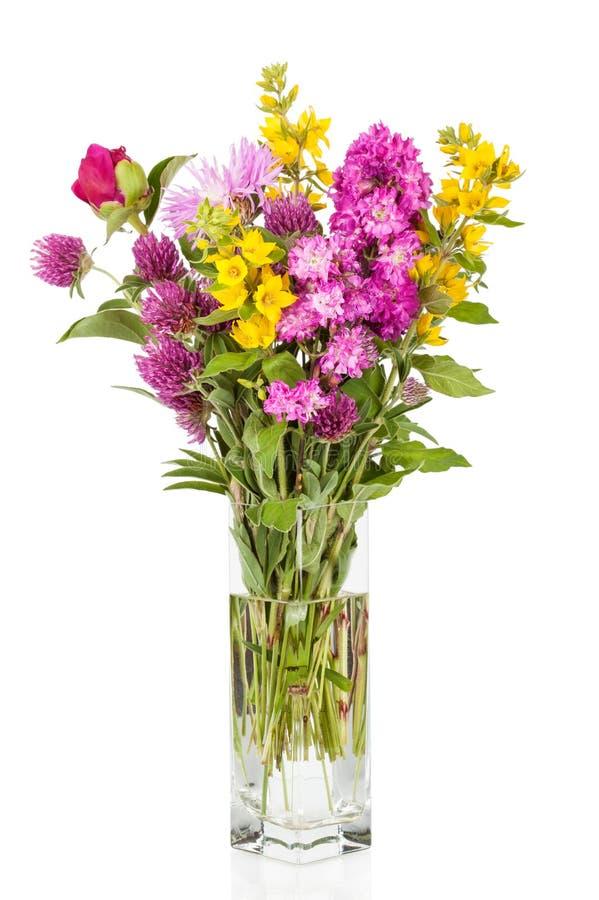 Härlig bukett för lösa blommor Vildblommor i vas arkivfoto