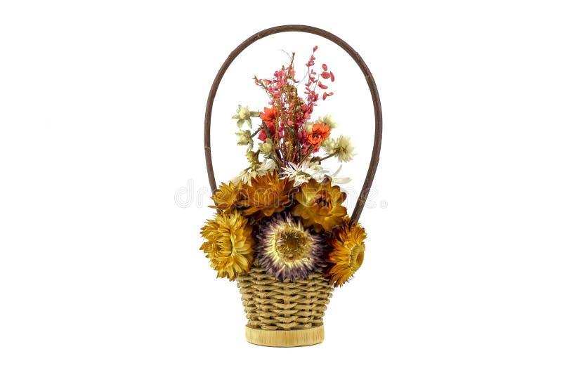 Härlig bukett från de ljusa torkade-upp blommorna i korgen som isoleras på en vit bakgrund royaltyfria bilder