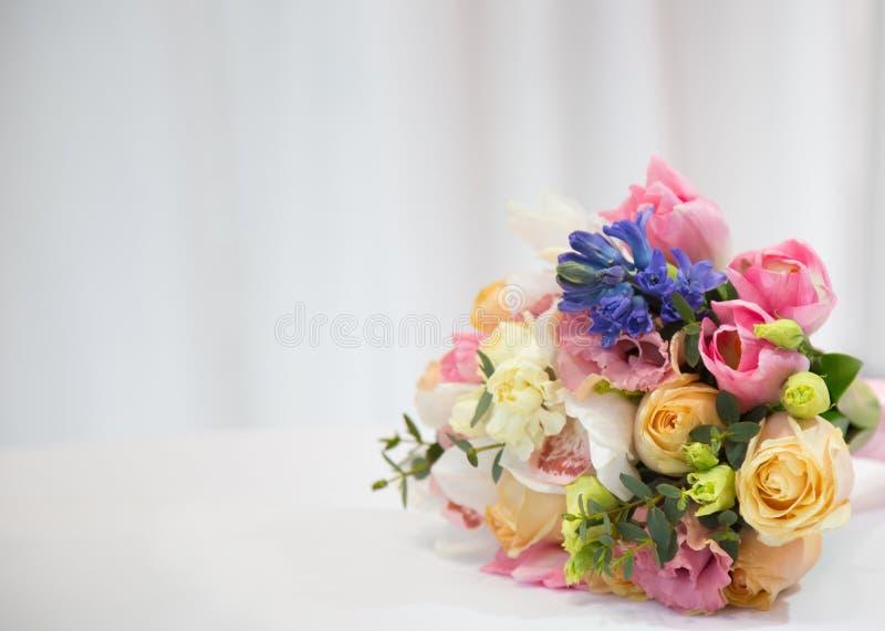 Härlig bukett som göras av olika blommor arkivfoto