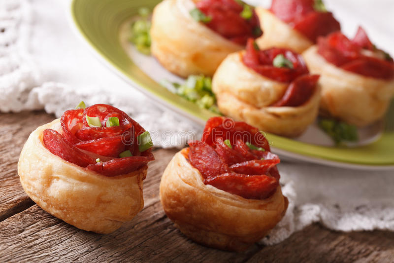 Härlig bulle med salami i form av rosnärbild horisont royaltyfri fotografi