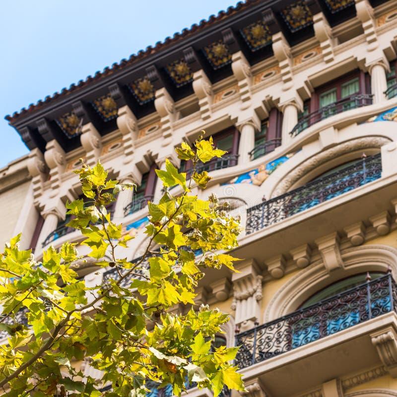 Härlig byggnad i centret, Barcelona, Spanien Närbild royaltyfri fotografi