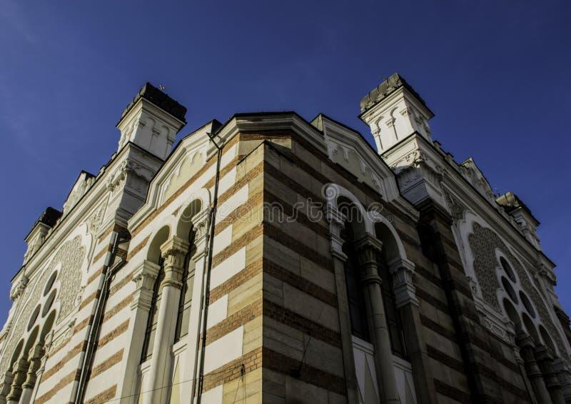 Härlig byggnad i Sofia, Bulgarien, ljus/mörk sida arkivfoton