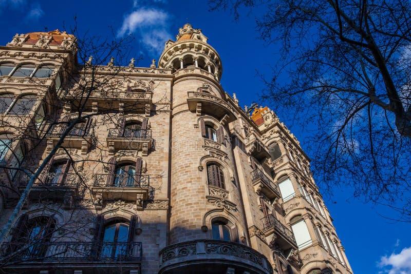 Härlig byggnad på Passeig de Gracia i Barcelona royaltyfria bilder