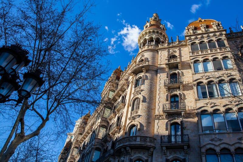 Härlig byggnad på Passeig de Gracia i Barcelona arkivfoton