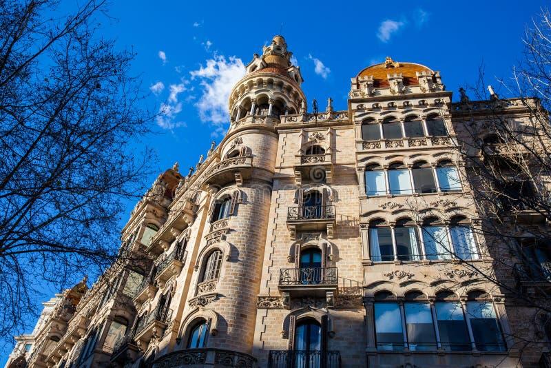 Härlig byggnad på Passeig de Gracia i Barcelona royaltyfria foton