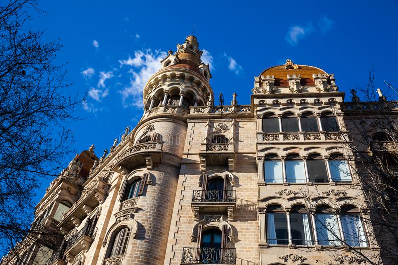 Härlig byggnad på Passeig de Gracia i Barcelona royaltyfri fotografi
