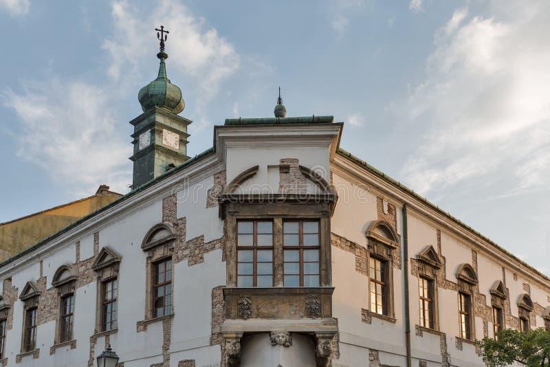 Härlig byggnadsfasad med det gamla klockatornet i Budapest, Ungern royaltyfria bilder