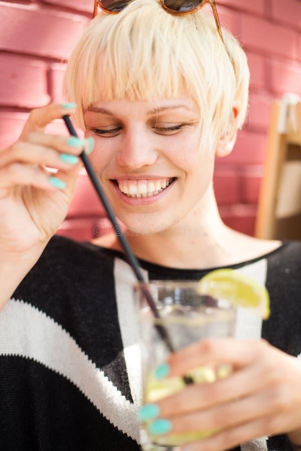 härlig cafecoctailkvinna fotografering för bildbyråer