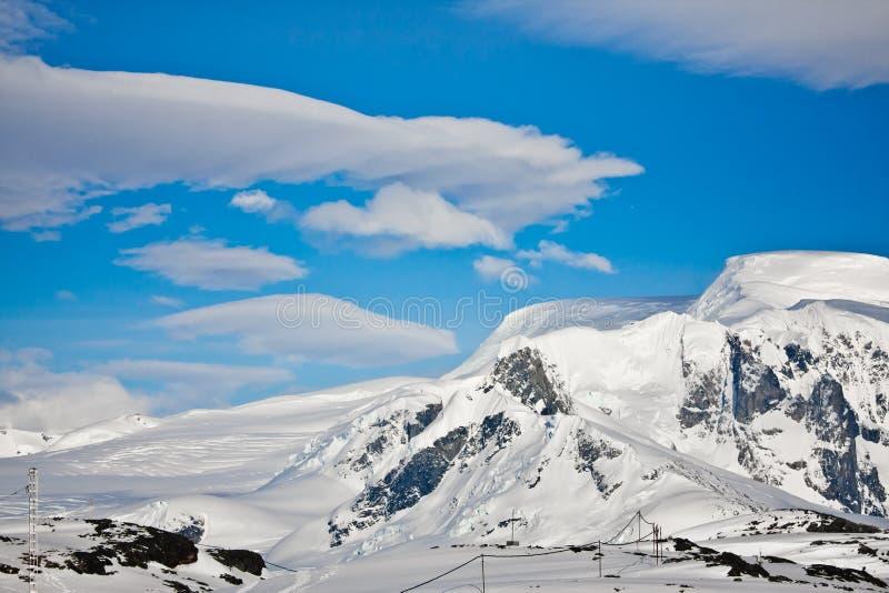 härlig capped bergsnow arkivbilder