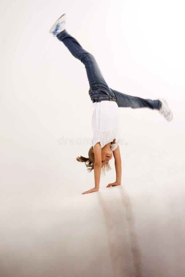 härlig cartwheel som gör flickan royaltyfria bilder