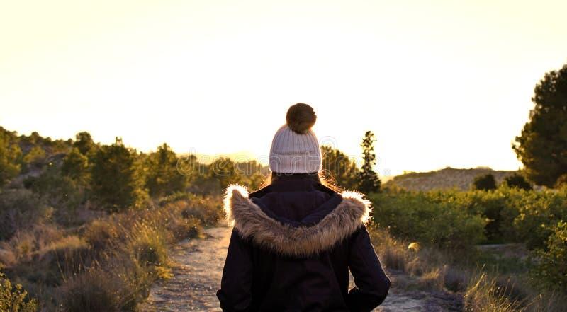 Härlig caucasian flicka utomhus i natur på dagtid fotografering för bildbyråer