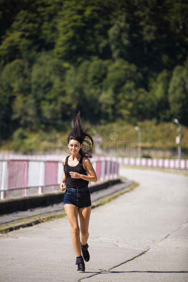 härlig caucasian kinesisk kvinna för vulkan för trail för running för löpare för blandad race för kvinnlig royaltyfri fotografi