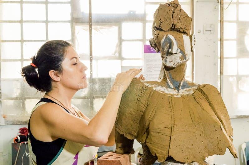 Härlig Caucasian konstnär som arbetar på hennes skulptur i en atelier arkivbild