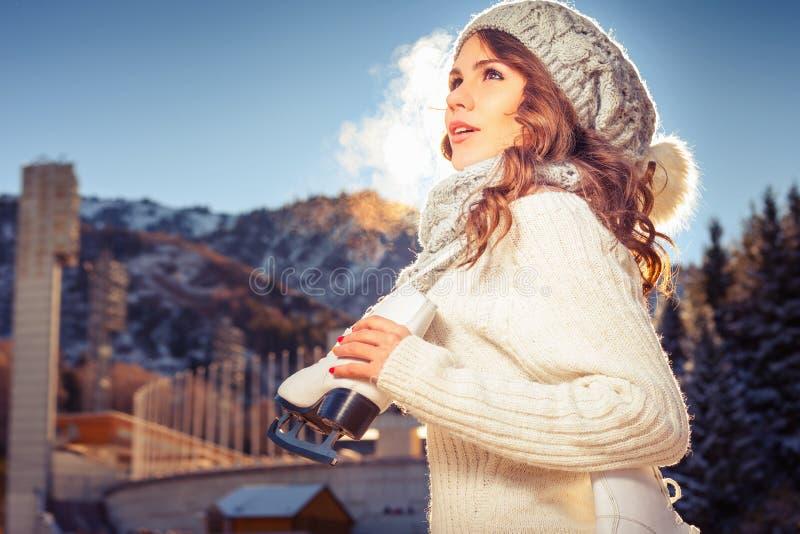 Härlig caucasian kvinna som går till den utomhus- skridskoåkningen arkivfoto