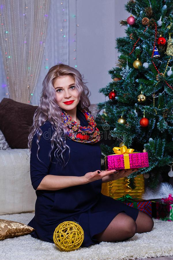 Härlig Caucasian kvinna som poserar på bakgrunden av julgranen, jul och lynnet för nytt år fotografering för bildbyråer