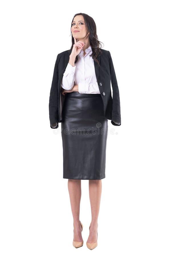 Härlig charmig stilfull affärskvinna i modern kläder med fingret på att tänka för haka royaltyfria foton