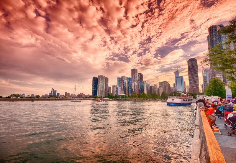 Härlig Chicago horisont under solnedgång arkivbild