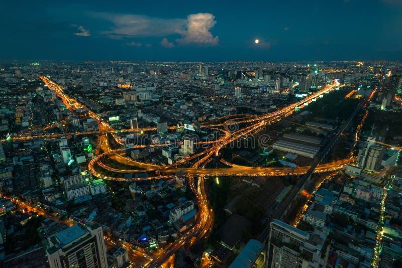 härlig cityscape av en metropolis på natten från en höjd som är thailändsk royaltyfria bilder