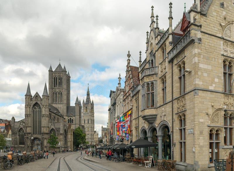 Härlig cityscape av herren med folk som går i historisk mitt av Ghent nära den St Nicholas kyrkan, Belgien royaltyfri foto