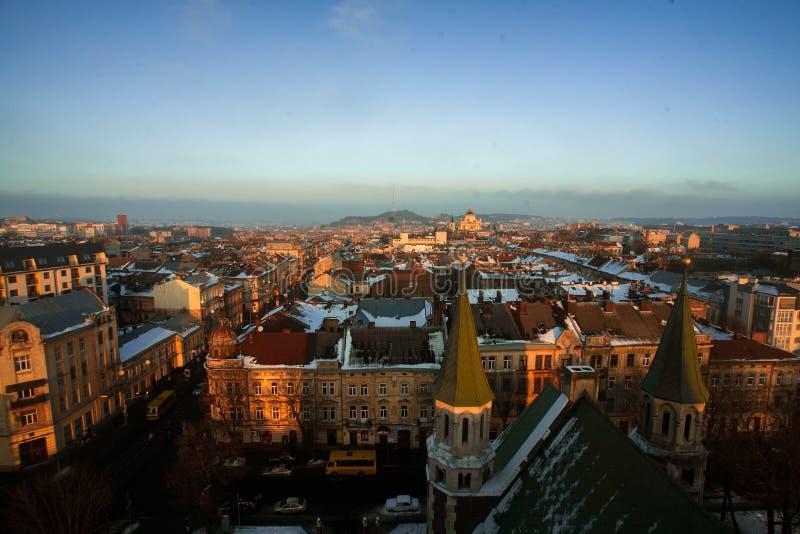 Härlig cityscape av Lviv i Ukraina på solnedgången från över royaltyfri bild