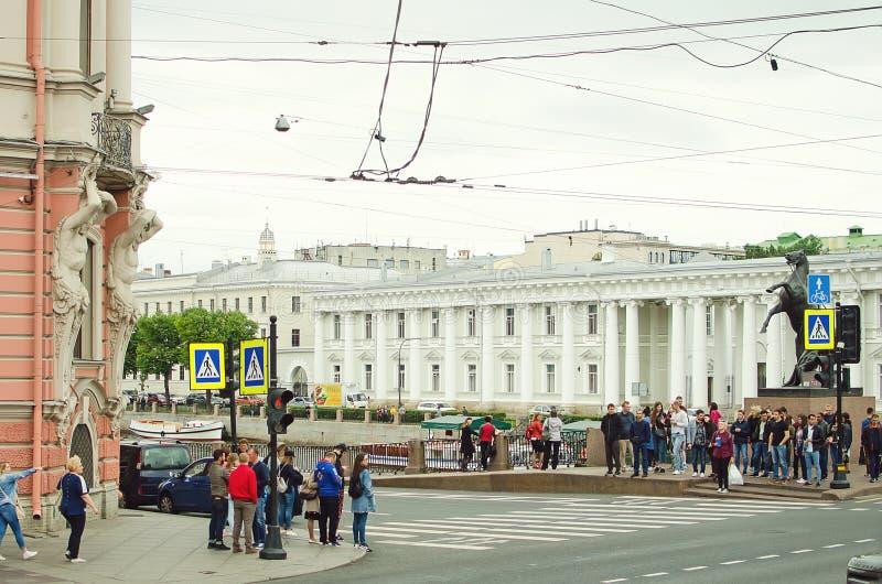 Härlig cityscape av St Petersburg Dagligt liv på gatorna av staden, royaltyfria foton