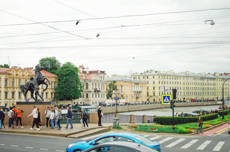Härlig cityscape av St Petersburg Dagligt liv på gatorna av staden, royaltyfria bilder