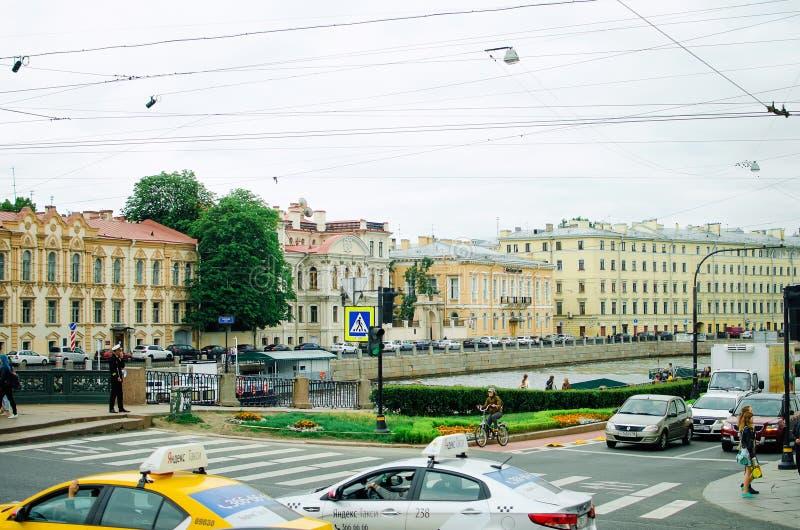 Härlig cityscape av St Petersburg Dagligt liv på gatorna av staden, arkivbild