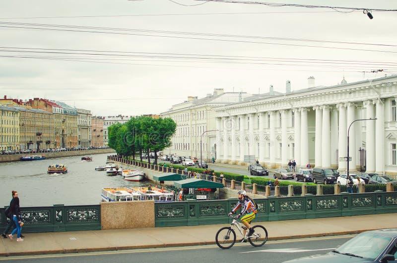 Härlig cityscape av St Petersburg Dagligt liv på gatorna av staden, royaltyfri fotografi