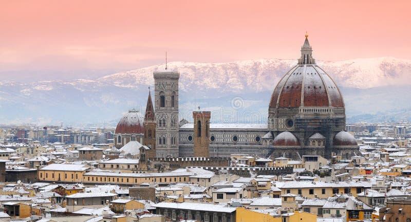 Härlig cityscape med snö av Florence under vintersäsong domkyrka del fiore maria santa royaltyfria foton