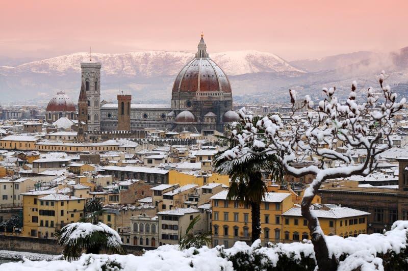 Härlig cityscape med snö av Florence under vintersäsong domkyrka del fiore maria santa royaltyfria bilder