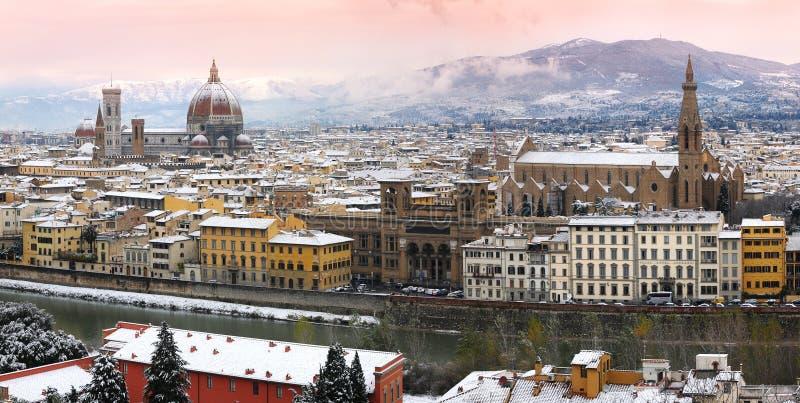 Härlig cityscape med snö av Florence under vintersäsong domkyrka del fiore maria santa arkivbild