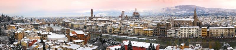Härlig cityscape med snö av Florence under vintersäsong Gammal bro och domkyrka av Santa Maria del Fiore arkivfoton