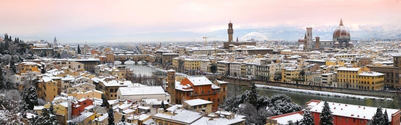 Härlig cityscape med snö av Florence under vintersäsong Gammal bro och domkyrka av Santa Maria del Fiore arkivbilder