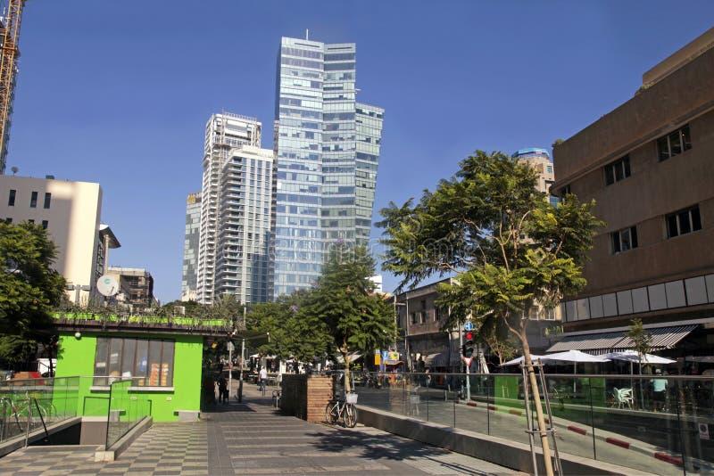 Härlig cityscape på boulevarden Rotschild i Tel Aviv, Israel royaltyfria foton