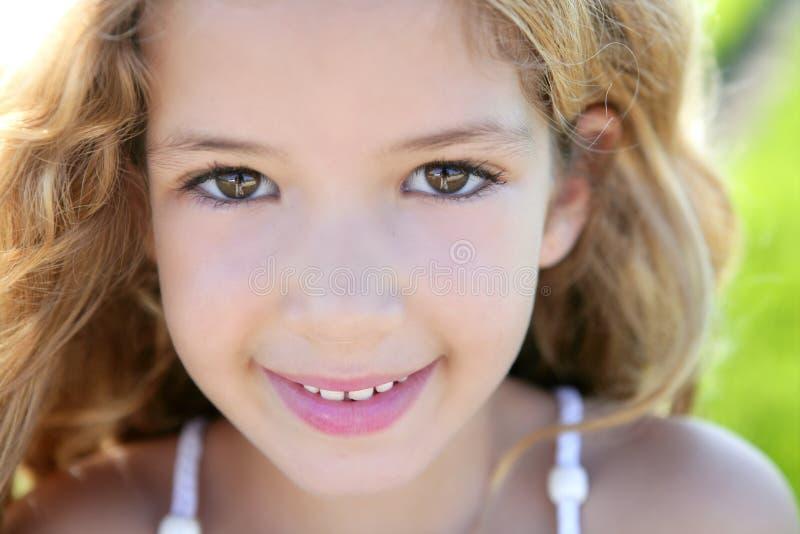 härlig closeupframsidaflicka little le för stående royaltyfri bild