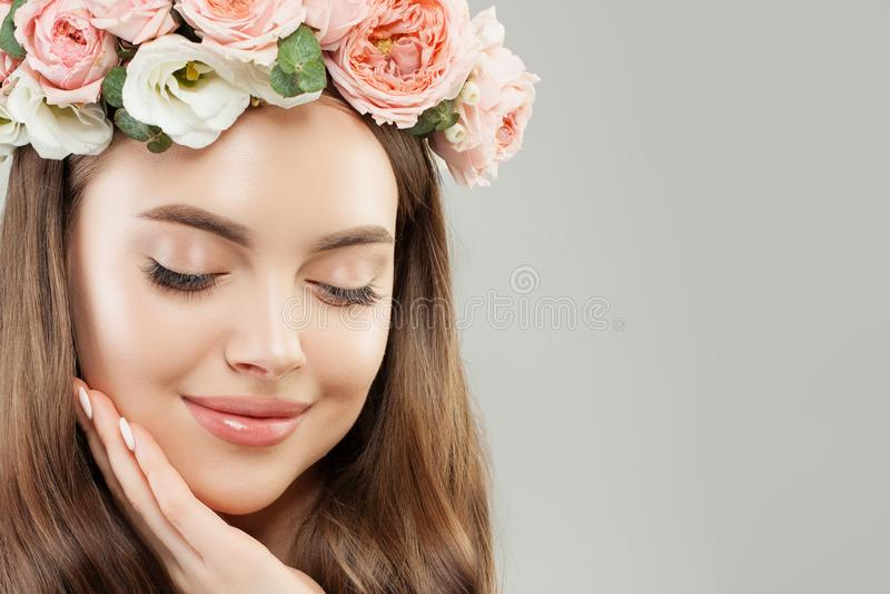 härlig closeupframsidakvinna Perfekt ungt modellerar Girl med sund hud, makeup och blommor stängda ögon royaltyfri foto