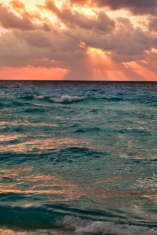 Härlig cloudscape över det karibiska havet, soluppgångskott royaltyfria foton