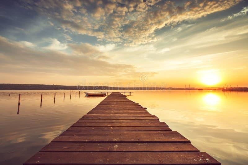 Härlig cloudscape över sjön, solnedgångskott royaltyfria bilder