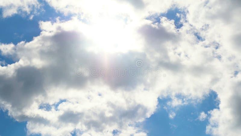 Härlig cloudscape med stora byggande moln och soluppgång som bryter till och med molnmass arkivfoto