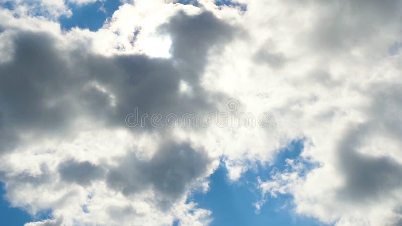 Härlig cloudscape med stora byggande moln och soluppgång som bryter till och med molnmass royaltyfria foton