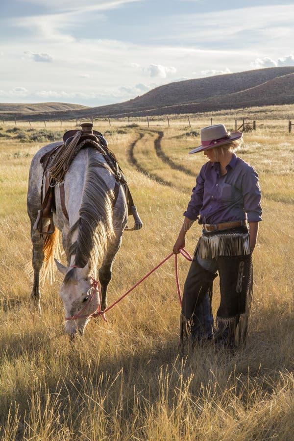 Härlig cowgirl med hästen royaltyfria bilder
