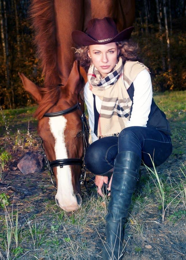Härlig cowgirl med henne röd häst arkivbilder