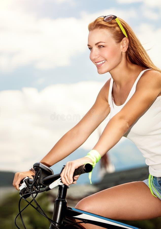härlig cykelkvinna royaltyfria bilder