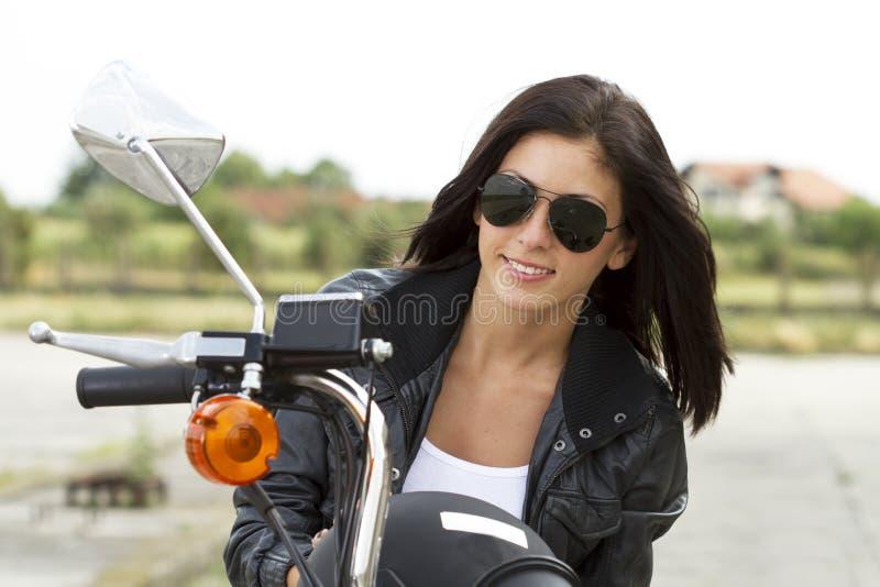 Härlig cyklistflickastående royaltyfria foton